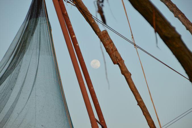 Mond zwischen den Fischernetzen